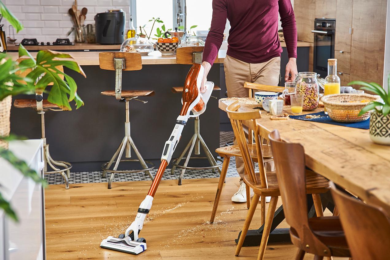 Man stofzuigt zijn keuken